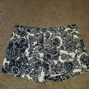 Super cute white & blue paisley shorts 💙
